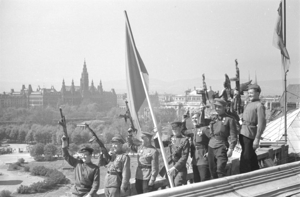 Für die sowjetische Presse sollte der historische Sieg ein entsprechendes Bild bekommen. So wurde dieses über den Dächern Wiens auf der Neuen Burg inszeniert.