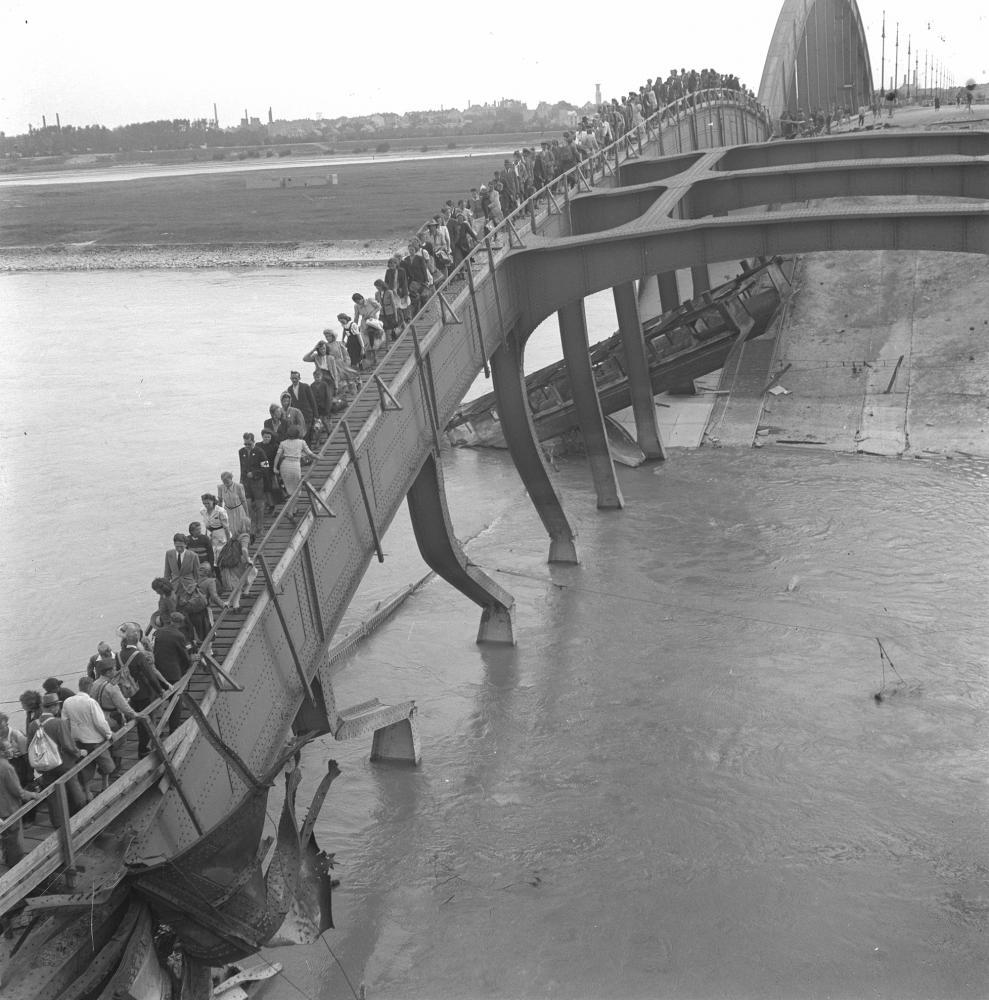 Beim Rückzug aus Wien sprengte die Wehrmacht außer der Reichsbrücke alle Wiener Brücken. Hier ist der Notsteg zu sehen, der von sowjetischen Truppen über die Reste der Floridsdorfer Brücke errichtet wurde.