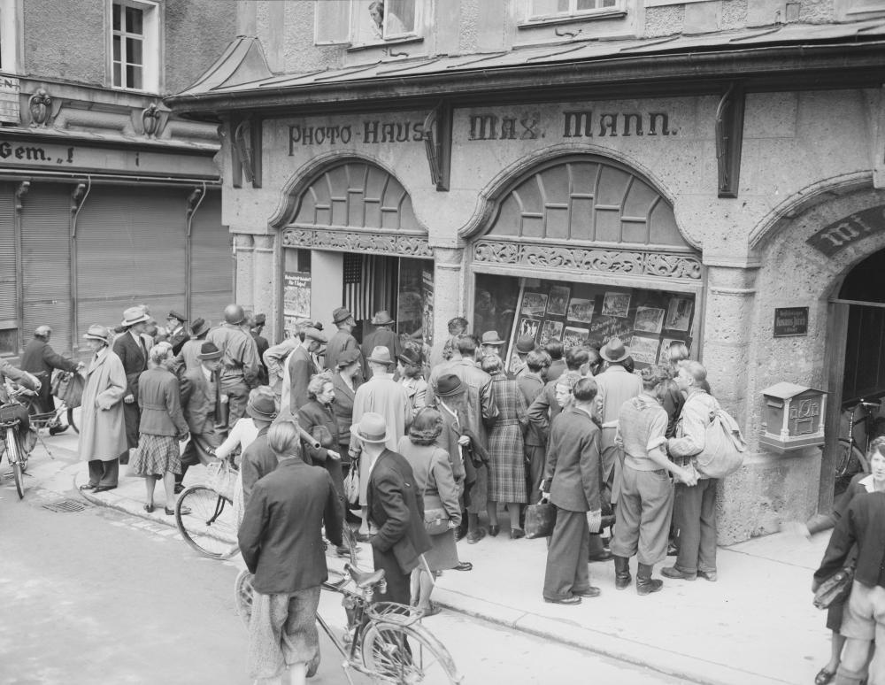 Die US-Verwaltung verbreitete rasch Aufnahmen aus den befreiten Konzentrationslagern, so auch hier in Salzburg. Die drastischen Bilder sollten die Bevölkerung über die Verbrechen des Nationalsozialismus aufklären und von der NS-Ideologie entfremden.