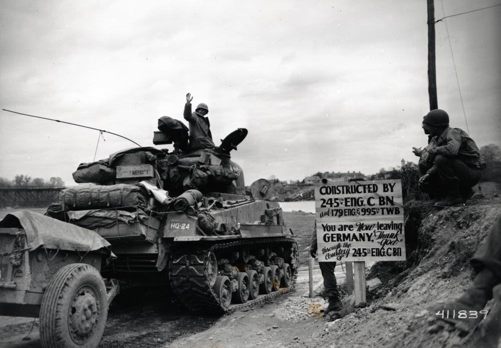 """Diese Tafel zeigt, dass auch den amerikanischen Soldaten bewusst gemacht werden sollte, dass Österreich nicht mehr Teil von Deutschland war. Auf der Tafel steht: """"Sie verlassen jetzt Deutschland. Gott sei Dank!"""""""