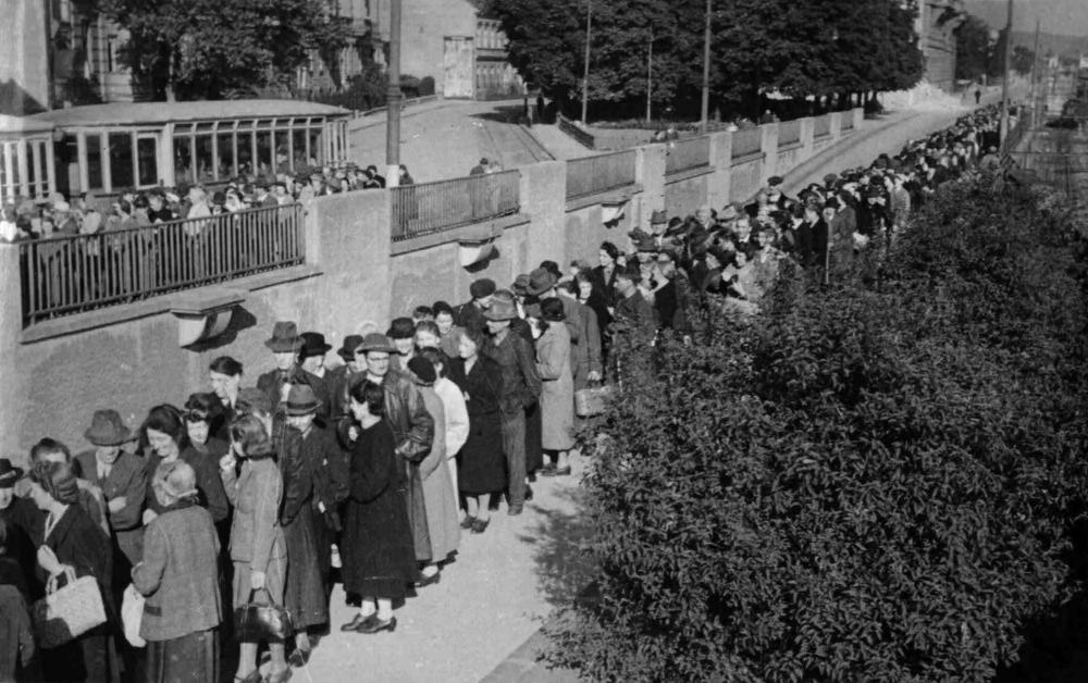 Nicht nur vor Lebensmittelgeschäften bildeten sich lange Schlangen: Die Menschen hier warteten laut dem Bildtitel vor einem Zeitungsstand – belegen lässt sich dies allerdings nicht.