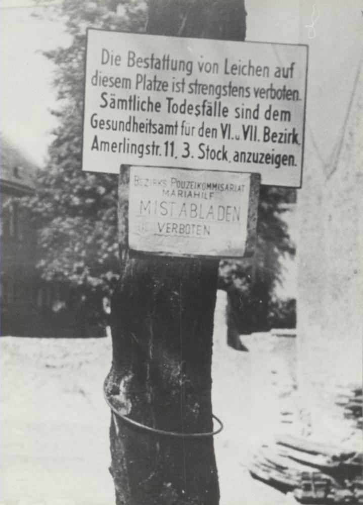 Angesichts der Gefechte aber auch der letzten Morde von SS-Einheiten mitten in der Stadt sah man sich gezwungen, getötete Menschen in Wien oft nur notdürftig in nahegelegenen Parks oder Grünflächen im Stadtgebiet zu begraben.