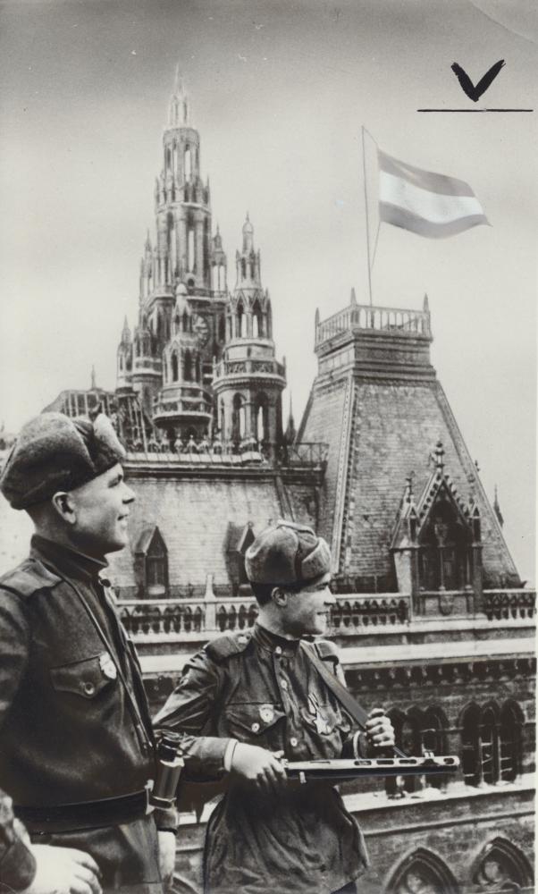 Die rot-weiß-rote Fahne auf diesem Siegerfoto zweier sowjetischer Soldaten auf dem Dach des Rathauses wurde aufgemalt. Der Fotograf Jewgeni Chaldej lieferte der sowjetischen Agentur TASS die Aufnahmen, die die Nachrichten vom Sieg in Wien illustrieren sollten.
