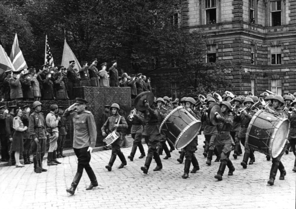 Eine sowjetische Militärkapelle bei der Zeremonie zur Übernahme der Verwaltung Wiens durch die vier alliierten Mächte vor der Tribüne der Offiziere.