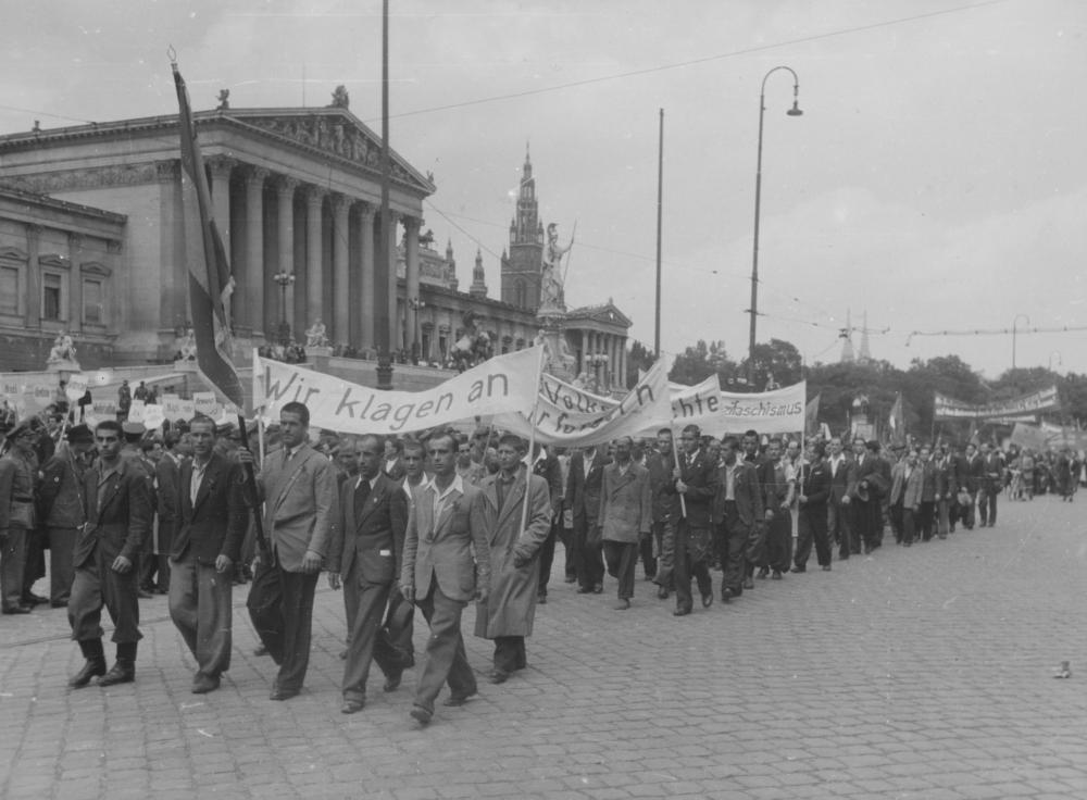 """Für einige Monate prägte der Antifaschismus die Öffentlichkeit. Am """"Volkssolidaritätstag"""" sollte ein geeintes Bild des Widerstands vermittelt werden – auch als Signal an die sowjetische Besatzungsmacht."""
