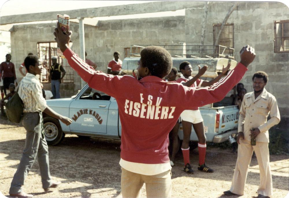 Fans des örtlichen Fußballklubs, in dem auch Österreicher spielten, Lunsar, Sierra Leone, 1983