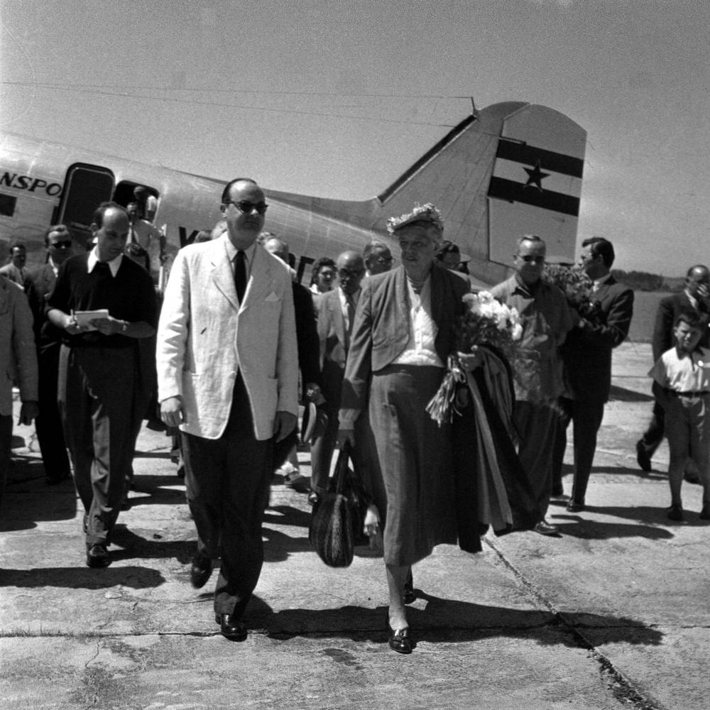 Eleanor Roosevelt kommt zu einem Österreich-Besuch am Flughafen Graz an, 21.07.1953