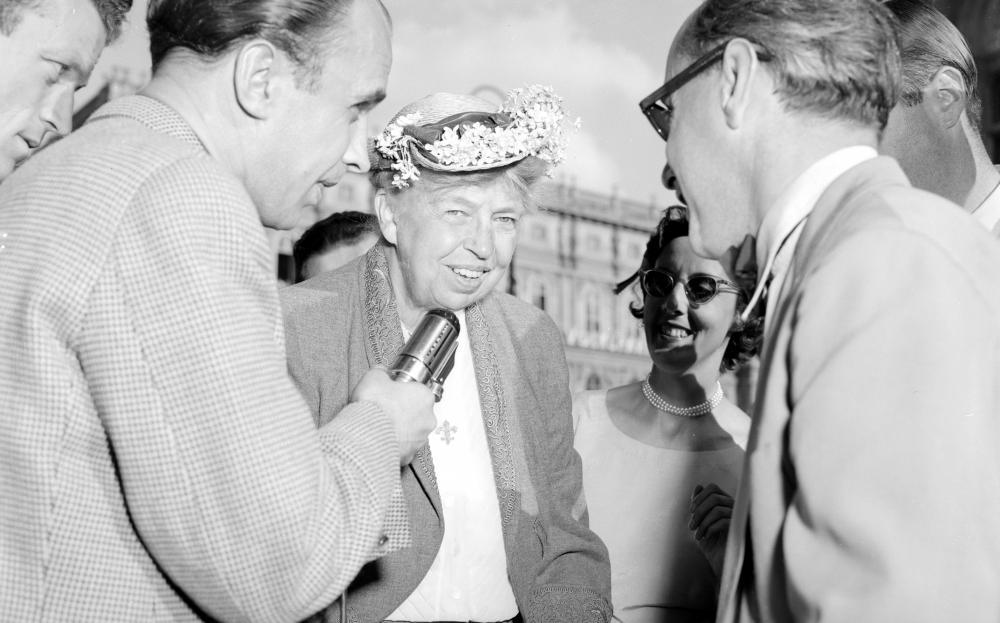 Eleanor Roosevelt gibt ein Interview während eines Österreich-Besuchs, 21.7.1953