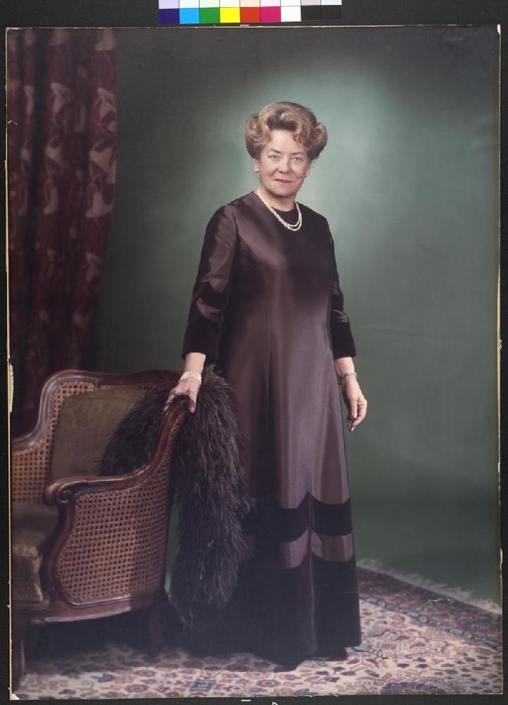 Herta Firnberg in Abendkleid, 1975