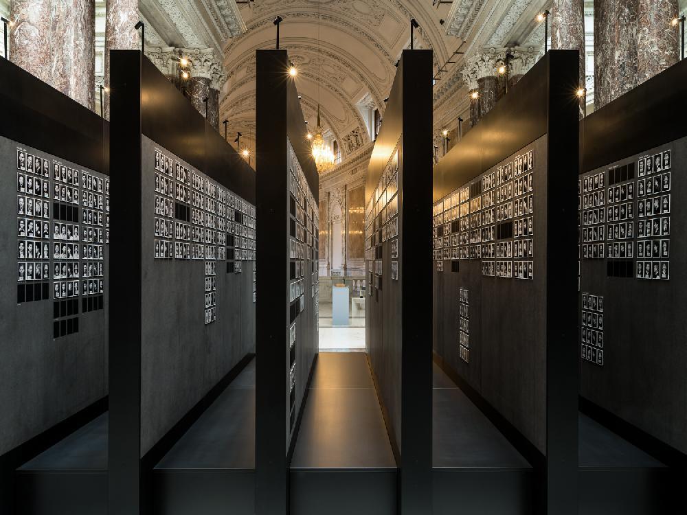 Ausstellungsbereich mit Fotos